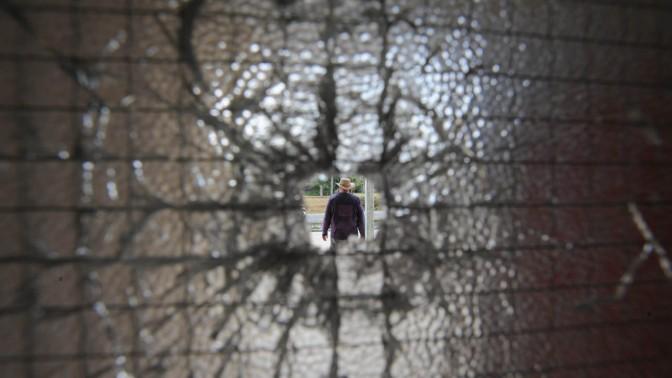 תושב חבל אשכול נראה מבעד לזגוגית מנופצת מפגיעת רקטה, אתמול (צילום: גיל יערי)