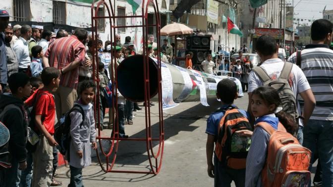 פלסטינים צופים במפתח ענק, במהלך הפגנה לציון יום הנכבה שנערכה אתמול בעיר רפיח שבדרום רצועת עזה (צילום: עבד רחים חטיב)