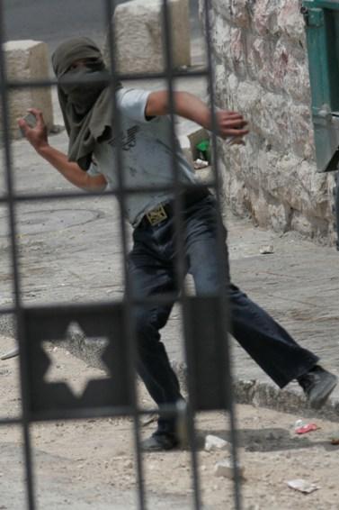 פלסטיני משליך אבן, אתמול בראס אל-עמוד (צילום: אורן נחשון)