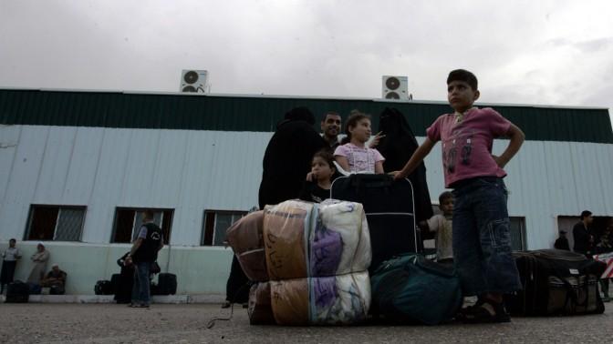 פלסטינים ממתינים לעבור מעזה למצרים, אתמול (צילום: עבד רחים חטיב)
