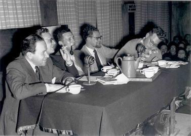 """גבריאל צפרוני (משמאל) בצוות תוכנית הרדיו """"שלושה בסירה אחת"""". לצדו: שלום רוזנפלד, שמואל אלמוג, אמנון אחינעמי ודן אלמגור (מימין) (צילום: הנס פין, לשכת העיתונות הממשלתית)"""