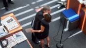 """ביל קלר, העורך הראשי היוצא של """"הניו-יורק טיימס"""", מחבק את העורכת הנכנסת, ג'יל אברמסון, בטקס הכרזת החילופים שלשום בבניין העיתון בניו-יורק, כפי שהנציח אותם הגרפיקאי ג'ון נידרמאייר במצלמת הטלפון הסלולרי שלו (רשיון cc-by-nc-sa)"""
