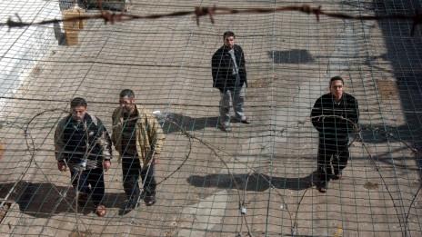 אסירים בטחוניים בכלא מגידו, 2005 (צילום: ליאור מזרחי)