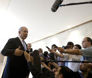ראש הממשלה בנימין נתניהו ועיתונאים. כנסת ישראל, יוני 2011 (צילום: דוד ועקנין)