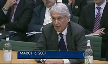 לס הינטון מופיע בפני ועדה של הפרלמנט הבריטי ב-2007 (צילום מסך)