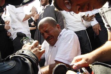 פרמדיקים מטפלים בערבי שהותקף בהפגנת תומכיו של הרב יעקב יוסף, אתמול בירושלים (צילום: אורן נחשון)