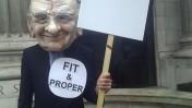 מפגין נגד עסקת הרכישה של בריטיש-סקיי על-ידי מרדוק, מול לשכת שר התקשורת. לונדון, יולי 2011 (צילום: 38degrees, רישיון cc)