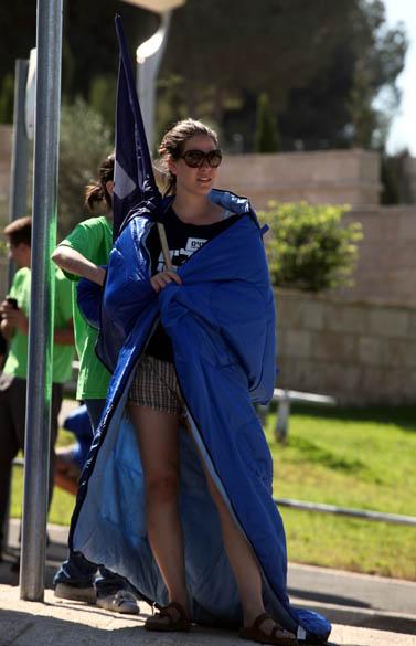 אחת המשתתפות בהפגנה נגד מחירי הדיור, אתמול מול הכנסת (צילום: ליאור מזרחי)