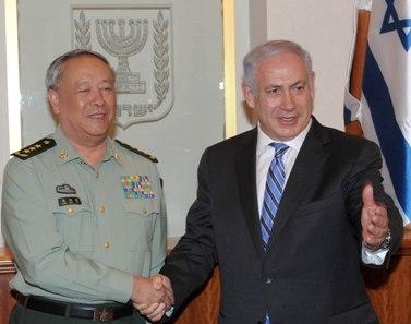 """בנימין נתניהו, ראש ממשלת ישראל, לוחץ את ידו של רמטכ""""ל סין, הגנרל צ'ן בינג דה, אתמול במפגש בין השניים (צילום: משה מילנר, לע""""מ)"""