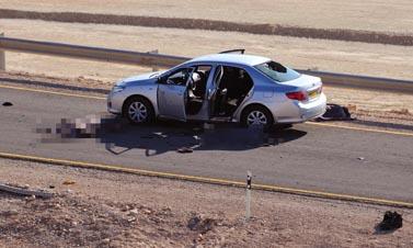 מכונית שהותקפה אתמול על-ידי מחבלים בכביש לאילת, ושכל יושביה נרצחו (צילום: אריאל חרמוני, משרד הביטחון)