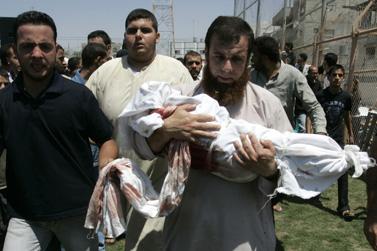 """הלויית מאלכ שעת, בן שנתיים, שנהרג מהפצצת צה""""ל ברפיח, 19.8.11 (צילום: עבד רחים כתיב)"""