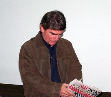 """כתב ערוץ 2 משה נוסבאום, לפני עדותו בבית-המשפט המחוזי בתל-אביב. דצמבר 2010 (צילום: """"העין השביעית"""")"""