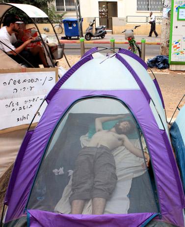 אוהל בשדרות רוטשילד, שלשום (צילום: לירון אלמוג)