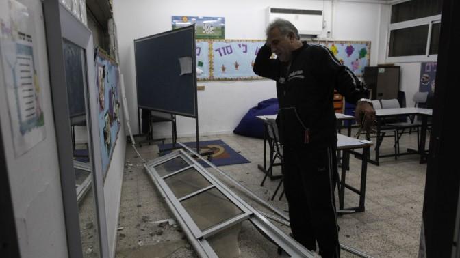 תושב אשדוד בוחן נזקי רקטת גראד (צילום: צפריר אביוב)