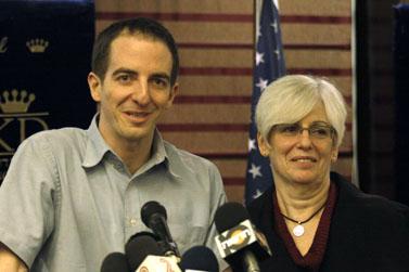 אילן גרפל ואמו במסיבת עיתונאים אתמול, לאחר שחזר ארצה מן הכלא המצרי (צילום: אורן נחשון)