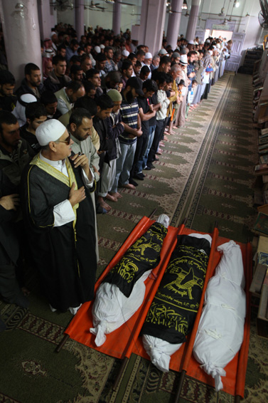 """גופות אנשי הג'יהאד-האסלאמי שנהרגו בידי צה""""ל, אתמול ברפיח (צילום: עבד רחים כתיב)"""