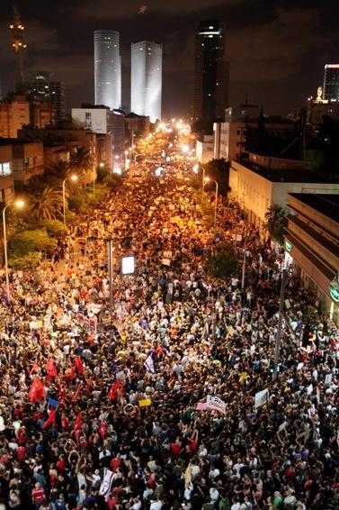 המוני מפגינים למען צדק חברתי ברחובות תל-אביב, 6.8.11 (צילום: מתניה טאוסיג)