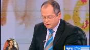 פרשן חדשות ערוץ 2 אמנון אברמוביץ' אתמול, בעת הקראת נוסח התיקון (צילום מסך)