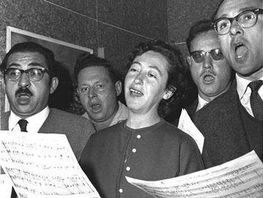 """זמרים חובבים באולפן קול-ישראל. 1.1.62 (צילום: הנס פין, לע""""מ)"""