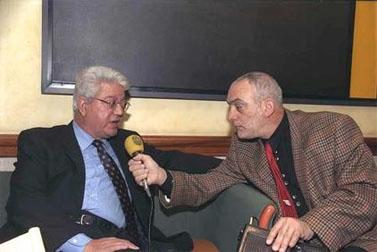 """השדרן יוני בן-מנחם מראיין את שר החוץ דוד לוי בחדר ה-VIP בנמל התעופה בן-גוריון, 14.12.99 (צילום: יעקב סער, לע""""מ)"""