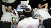 """מנכ""""ל מד""""א, אלי בין (מימין), תורם דם במהלך תרגיל (צילום: אורי שיפרין, דובר צה""""ל)"""