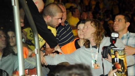 """צלם """"מעריב"""" דני מרון נבלם על-ידי אוהדים ומאבטחים כשהוא מנסה לצלם את גלעד שליט (צילום: ברני ארדוב. לחצו להגדלה)"""