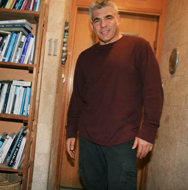 יאיר לפיד בפתח ביתו ברמת-אביב, יום לאחר שהודיע רשמית על כוונתו להיכנס לחיים הפוליטיים. 9.1.12 (צילום: יהושע יוסף)
