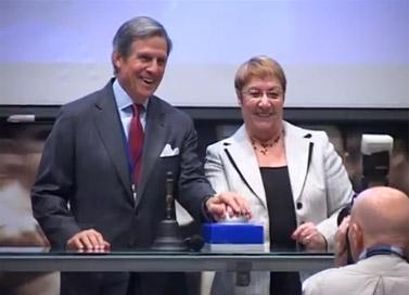 """מנכ""""לית הבורסה בתל-אביב אסתר לבנון מקבלת את פניו של יו""""ר בלומברג פיטר גראוור בטקס פתיחת המסחר היומי, אתמול (צילום מסך: יחצנות)"""