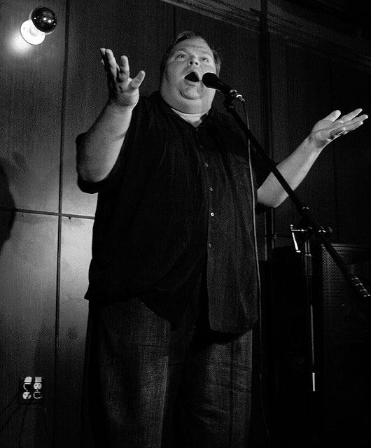 מייק דייזי בהופעה, יולי 2008 (צילום: אהרון ווב, רשיון cc-by-nc-sa)