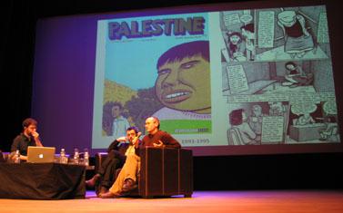 סאקו (מימין) על הבמה באנגולם, עם המאייר הצרפתי מקסימיליאן לה-רוי (במרכז) והמנחה ביל קרטלופולוס (צילום: הילה נועם)