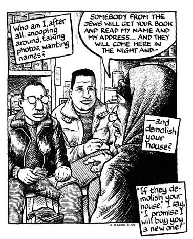 """ג'ו סאקו (משמאל) מראיין. מתוך הספר """"Footnotes in Gaza"""" (בתמונה זו ובתמונות הנוספות בעמוד: לחצו להגדלה)"""
