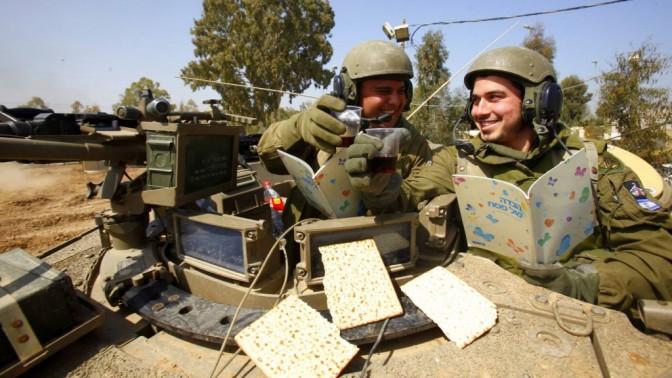 חיילים בנחל עוז מתכוננים לחג הפסח, אתמול (צילום: אדי ישראל)