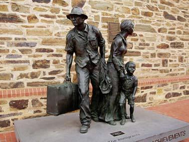 """פסל """"המהגרים"""". אדלייד, אוסטרליה (צילום: אמנדה סלייטר, רשיון cc-by-sa)"""