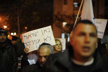הפגנה נגד מהגרים. תל-אביב, ינואר 2011 (צילום: גיל יערי)