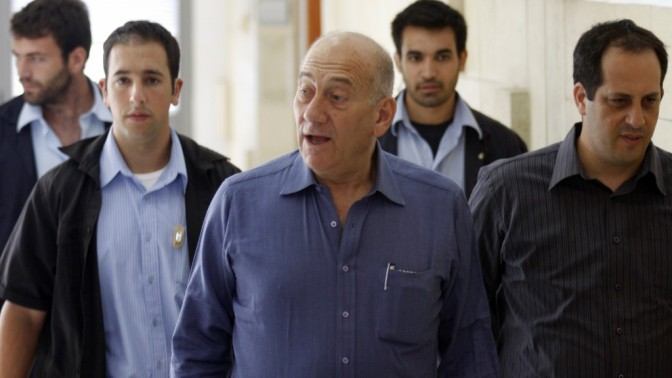 ראש הממשלה לשעבר אהוד אולמרט באולם בית-המשפט במהלך אחד ממשפטי השחיתות שבהם הוא נאשם. מימין: יועץ התקשורת שלו, אמיר דן. 5.9.11 (צילום: אורן נחשון)