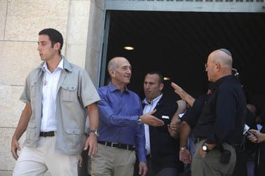 ראש הממשלה לשעבר אהוד אולמרט (במרכז) לוחץ את ידו של חבר-הכנסת לשעבר אברהם בורג, בצאתו מבית-המשפט המחוזי בירושלים לאחר הכרעת הדין במשפטיו (צילום: ליאור מזרחי)