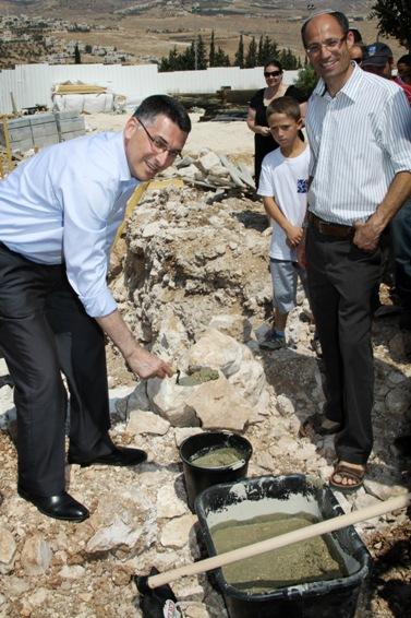 שר החינוך גדעון סער מניח אבן-פינה לבית-ספר חדש בהתנחלות תקוע, 25.6.12 (צילום: גרשון אלינסון)