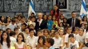 נשיא המדינה שמעון פרס ושר החינוך גדעון סער מוקפים בתלמידים (צילום: יואב ארי דודקביץ')