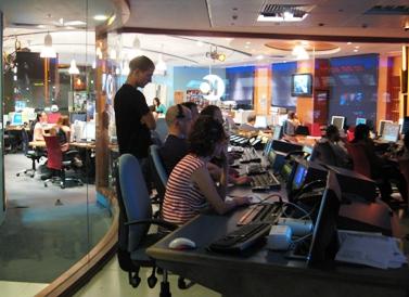"""חדר הבקרה של """"חדשות 10"""" (צילום: """"העין השביעית"""")"""