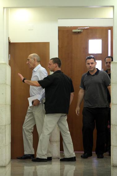 אהוד אולמרט (משמאל), היום בבית-המשפט המחוזי בירושלים (צילום: יואב ארי דודקביץ')