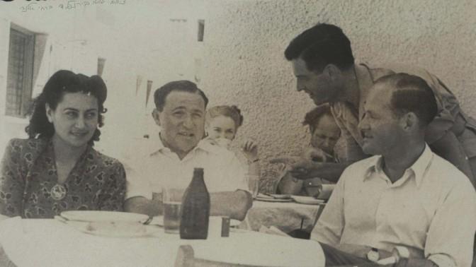 שרירא בבית-קפה תל-אביבי, לצדו של העיתונאי גבריאל צפרוני, 1940 בקירוב