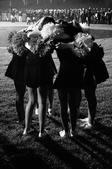 """קבוצת הפומפונים של תיכון במישיגן, ארה""""ב, לפני משחק (צילום: ג'סטין סילס, רשיון cc-by-nc-nd)"""