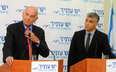 יאיר לפיד ויעקב פרי (משמאל) במסיבת עיתונאים, אתמול בתל-אביב (צילום: יוסי זליגר)