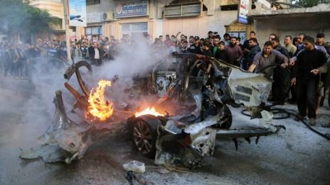 שרידי מכוניתו של אחמד ג'עברי, אתמול בעזה (צילום: ויסאם נאסר)
