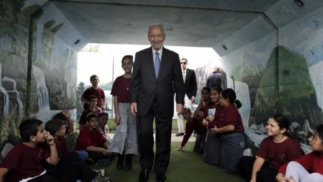 הנשיא שמעון פרס בשדרות, אתמול (צילום: צפריר אביוב)