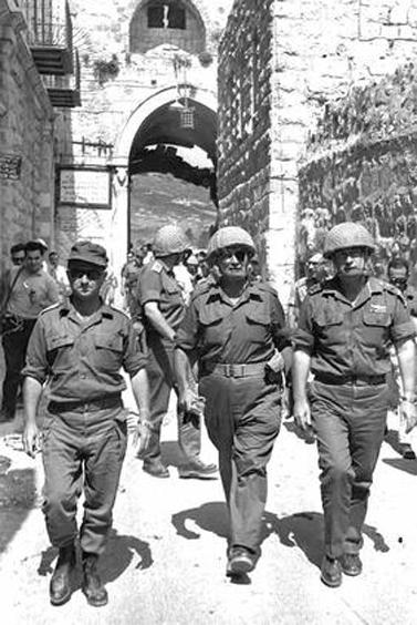 """משה דיין (במרכז), יצחק רבין (מימין) ועוזי נרקיס נכנסים משער האריות אל העיר העתיקה בירושלים, 7.6.67 (צילום: אילן ברונר, לע""""מ)"""