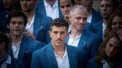 שחר צוברי, מוקף בחבריו למשלחת הישראלית לאולימפיאדה (צילום: נועם מושקוביץ)