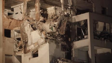 בניין בראשון-לציון שנפגע מאש חמאס (צילום: מרים אלסטר)