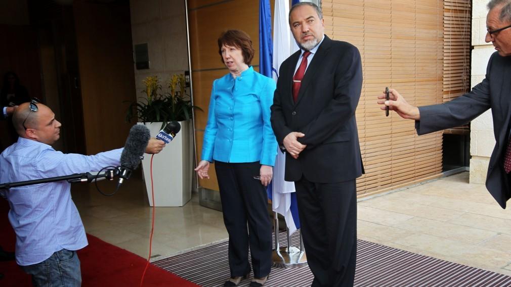 עיתונאי כורע ברך בפני שר החוץ אביגדור ליברמן ושרת החוץ של האיחוד-האירופי קתרין אשטון, בשבוע שעבר (צילום: מרים אלסטר)