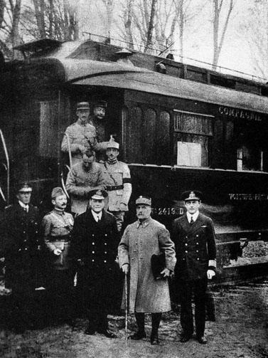נציגי בנות-הברית בעת החתימה על הסכם הפסקת האש בקרון הרכבת בקומפיין, 11.11.1918 (צילום: אנונימי, נחלת הכלל)